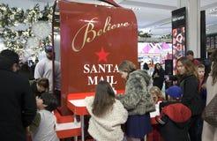 Los niños escriben letras a Papá Noel en Macy en NYC Foto de archivo libre de regalías