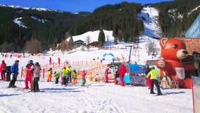 Los niños esquían área, Zell ven, Austria almacen de video