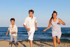 Los niños están corriendo en la playa Fotografía de archivo