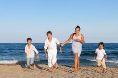 Los niños están corriendo en la playa Imagen de archivo libre de regalías