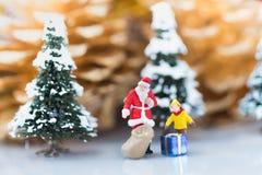 Los niños están esperando un regalo de Santa Cross, usando como el día de la Navidad Fotos de archivo
