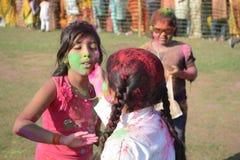 Los niños están gozando de Holi, el festival del color de la India Imagen de archivo