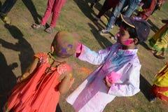 Los niños están gozando de Holi, el festival del color de la India Imagen de archivo libre de regalías