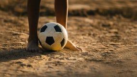 Los niños están jugando al fútbol del fútbol para el ejercicio fotos de archivo