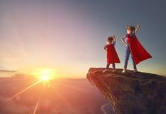 Los niños están jugando al super héroe imagen de archivo