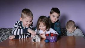 Los niños están jugando con el conejito de pascua almacen de video