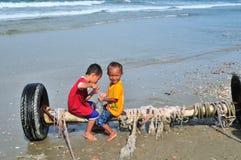 Los niños están jugando en la costa Imagen de archivo
