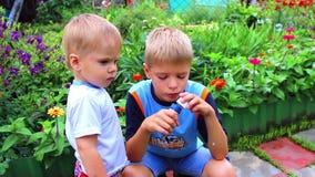 Los niños están jugando Están haciendo la burbuja de jabón metrajes