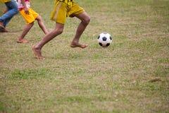 Los niños están jugando a fútbol Imagen de archivo