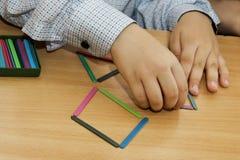 Los niños están jugando Juegos educativos Un niño en guardería Las manos de un niño Bebé de los fingeres Juegos para joven imagen de archivo libre de regalías