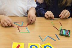 Los niños están jugando Juegos educativos Un niño en guardería Las manos de un niño Bebé de los fingeres Juegos para joven fotografía de archivo