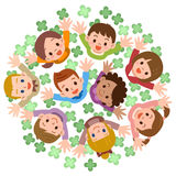 Los niños están mirando para arriba sonrientes Imagen de archivo libre de regalías
