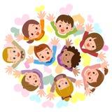 Los niños están mirando para arriba sonrientes Imagenes de archivo