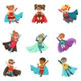 Los niños estupendos fijaron, los muchachos y las muchachas en ejemplos coloridos del vector de los trajes del super héroe libre illustration