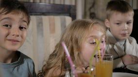 Los niños felices comen la pizza en el restaurante almacen de video