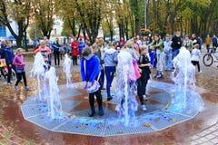 Los niños felices están alegres de la inauguración de las nuevas fuentes de la ciudad Fotografía de archivo libre de regalías