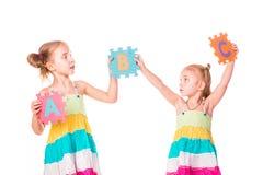 Los niños felices que llevan a cabo alfabeto ponen letras a ABC Fotografía de archivo