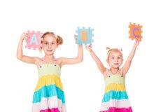 Los niños felices que llevan a cabo alfabeto ponen letras a ABC Foto de archivo
