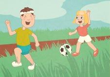 Los niños funcionamiento, están jugando al fútbol, niños que se divierten, corriendo alrededor en el campo, el hermano y la herma Fotografía de archivo