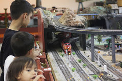 Los niños gozan de los trenes modelo fotos de archivo