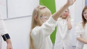 Los niños hacen un experimento espectacular con el fuego metrajes