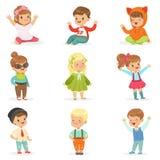 Los niños jovenes se vistieron en ropa linda de la moda de los niños, la serie de ejemplos con los niños y el estilo ilustración del vector