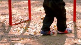Los niños juegan afuera, niño pequeño que camina en parque metrajes