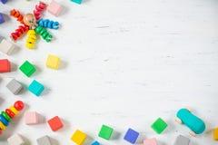 Los niños juegan los bloques de madera del marco, pulpo, coche, pyramidion en el fondo de madera blanco Endecha plana Copie el es Imagenes de archivo