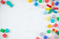 Los niños juegan los bloques de madera del marco, pulpo, coche, pyramidion en el fondo de madera blanco Visión superior Endecha p Fotografía de archivo libre de regalías