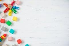 Los niños juegan los bloques de madera del marco, pulpo, pyramidion en el fondo de madera blanco Endecha plana Copie el espacio p Imágenes de archivo libres de regalías