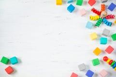 Los niños juegan los bloques de madera del marco, pulpo, pyramidion en el fondo de madera blanco Endecha plana Copie el espacio p Foto de archivo libre de regalías
