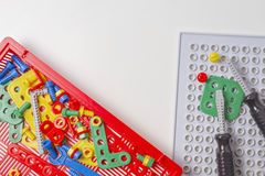 Los niños juegan el equipo de herramienta para la educación en el fondo blanco Imagen de archivo