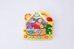 Los niños juegan el piano musical con los animales y los números parecen casa en el fondo blanco Juego educativo imagenes de archivo