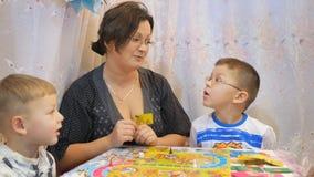 Los Ninos Juegan A Los Juegos De Mesa En La Tabla Con La Familia