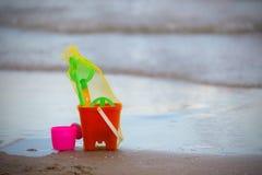 Los niños juegan para la caja de la arena en la orilla de mar Fotos de archivo