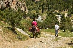 Los niños kirguizios en el camino a Galuyan gorge, Kirguistán Foto de archivo