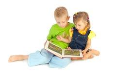 Los niños leyeron el libro Fotos de archivo libres de regalías