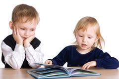 Los niños leyeron el libro imágenes de archivo libres de regalías