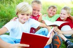 Los niños leyeron un libro Imágenes de archivo libres de regalías
