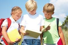 Los niños leyeron un libro Imagen de archivo