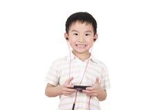 Los niños lindos escuchan la música Fotos de archivo