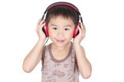 Los niños lindos escuchan la música Imágenes de archivo libres de regalías