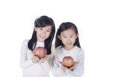 Los niños lindos sostienen manzanas Foto de archivo libre de regalías