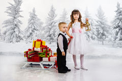 Los niños llevan un montón de regalos en un trineo foto de archivo libre de regalías