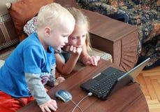 Los niños miran en el ordenador Foto de archivo