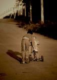 Los niños montan una bicicleta Foto de archivo