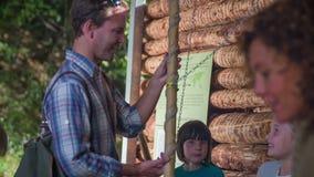 Los niños muestran los instrumentos de madera al hombre