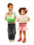 Los niños muestran sus pinturas fotografía de archivo