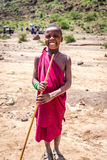 Los niños no identificados de Maasai en vestido tradicional sonríen con felicidad Fotos de archivo
