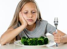Los niños no les gusta comer verduras en concepto sano de la consumición foto de archivo